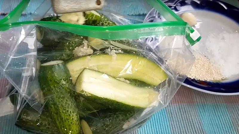 Маринованные огурцы в пакете быстрым способом и советы по приготовлению закуски