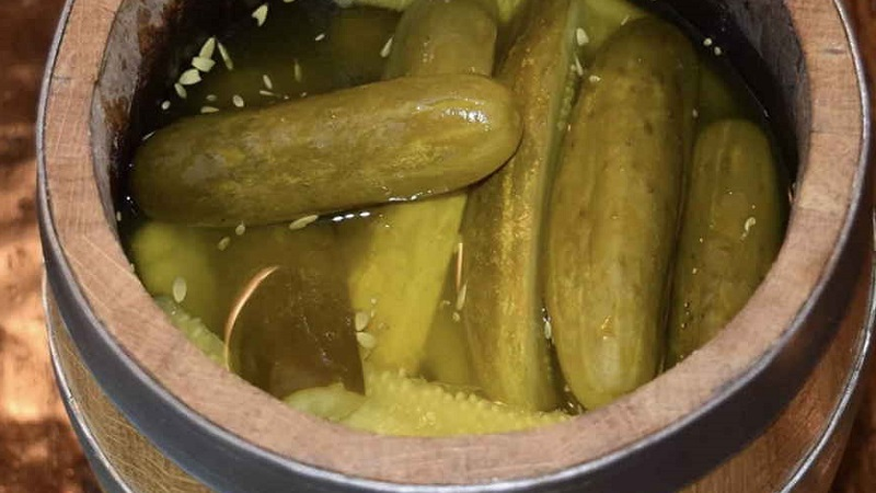 Засолка огурцов в бочке на зиму холодным способом: главные особенности приготовления